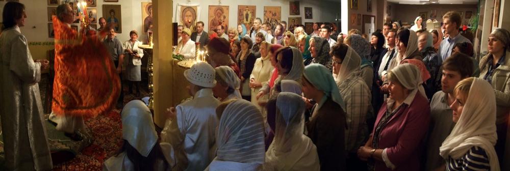 Betende während des Gottesdienstes